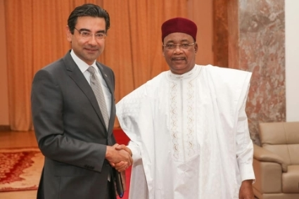 Turkish Ambassador to Niger Mustafa Türker Ari with President Mahamadou Issoufou, in February 2020.