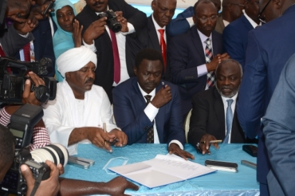 Signing of the Juba agreement on October 3, 2020. On the left, Asam Saeed (Baja Opposition Alliances), in the center Minni Minawi (Sudan Liberation Army), on the right Jibril Ibrahim (Justice and Equality Movement).