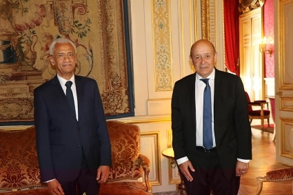 Former Chad ambassador in Paris Amine Abba-Sidick (left) pays his farewell visit to French Foreign Minister Jean-Yves Le Drian at the Quai d'Orsay, 24 August.