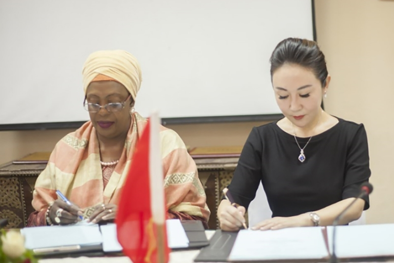 Amina Salum Ali, Minister of Industry of Zanzibar, and Lisa Wang, President of the LingHang Group.