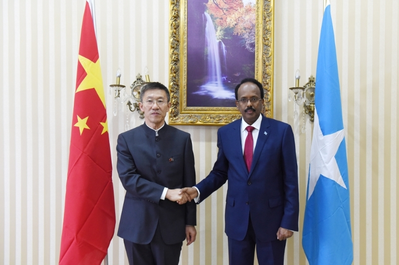 Chinese ambassador Qin Jian with Somali President Mohamed Abdullahi Mohamed Farmajo, in 2017.