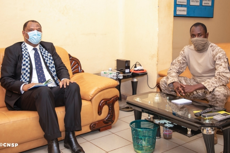 Morocco's ambassador to Mali Hassan Naciri and CNSP president Assimi Goita met in Bamako on 25 August 2020.