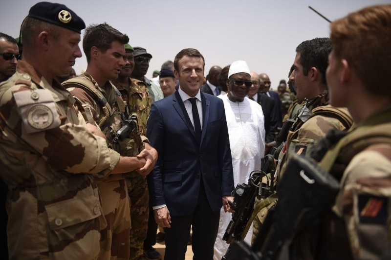 French President Emmanuel Macron (C) and Mali's President Ibrahim Boubacar Keita (C-R) visit the troops of France's Barkhane counter-terrorism operation in Sahel region in Gao, northern Mali, 19 May 2017.